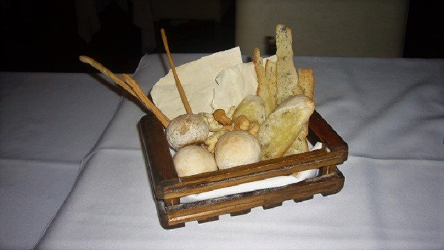 Ladesso-Basket-of-Bread
