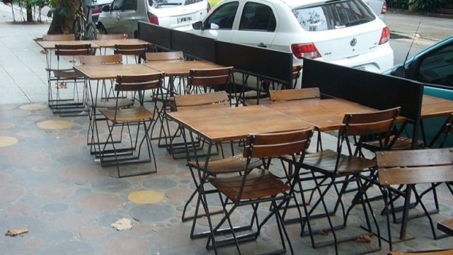 Mooi-Belgrano-Sidewalk-Tables