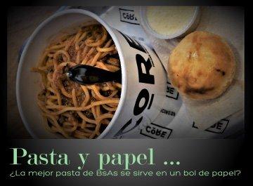 El mejor pasta de la ciudad, que está servido en un bol de papel?
