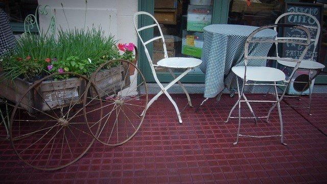 Hierbabuena-Barracas-San-Telmo-Tables-on-Sidewalk